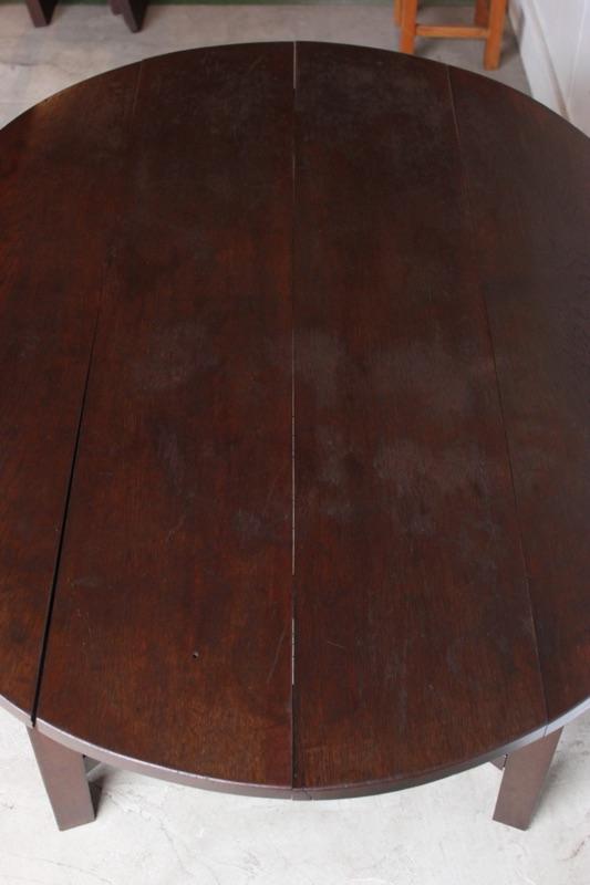 楕円形のテーブル