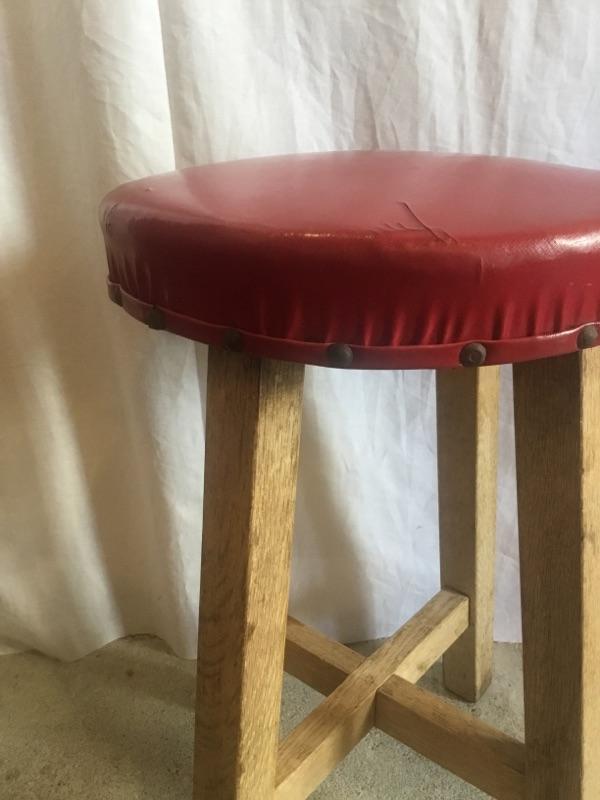 ワインレッドの丸椅子