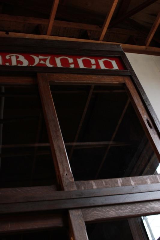 TOBACCOサインのガラス引戸棚