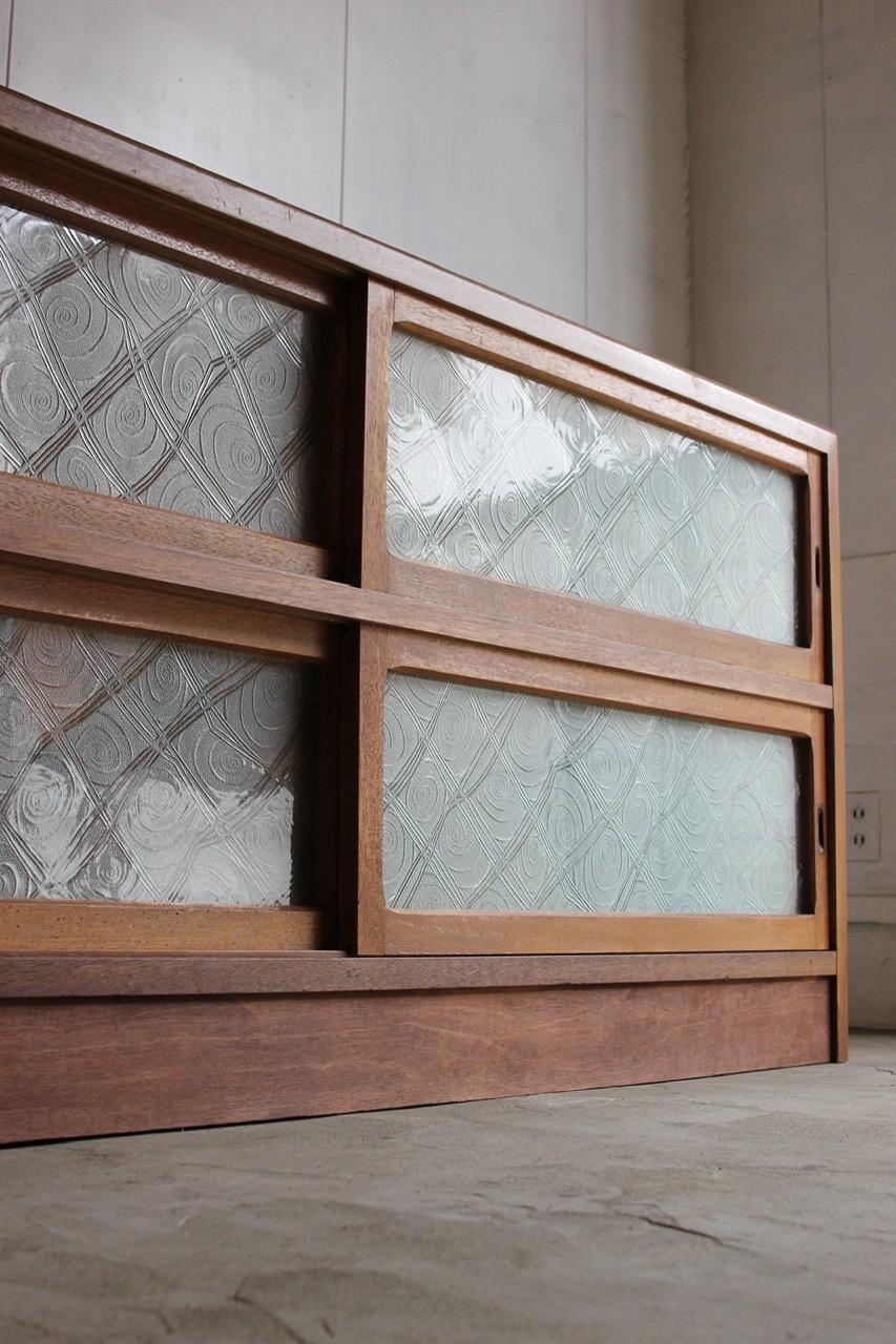 横長ガラス引戸棚