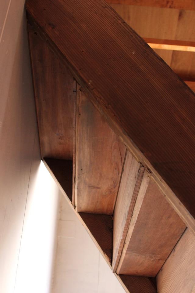 日本家屋の古い階段