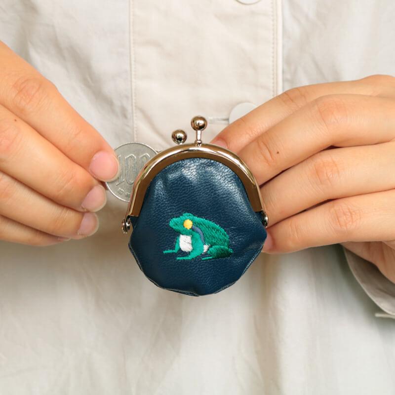 ラッキーモチーフ刺繍1.6丸がま口キーホルダー カエル