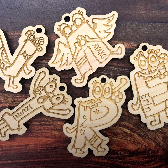 【キッズバッグの名札に♪】 artist satoly×STARLAND コラボ 木製 アルファベットモンスター 名入れキーホルダー 〈世界にひとつだけのキーホルダー〉