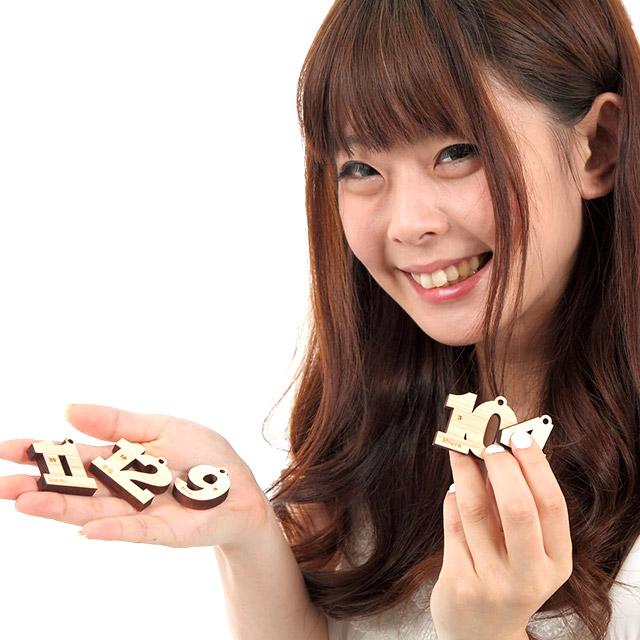 【50個以上ご注文の方限定】【キッズバッグの名札に♪】天然木 ヒノキ バースデー 名入れキーホルダープチギフトに最適 〈世界にひとつだけのキーホルダー〉