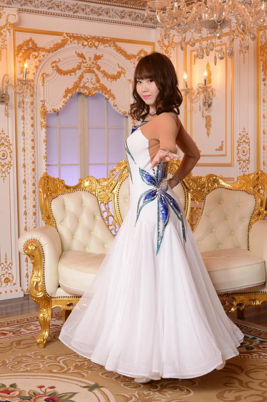 ビジューがゴージャスな純白ホワイトドレス