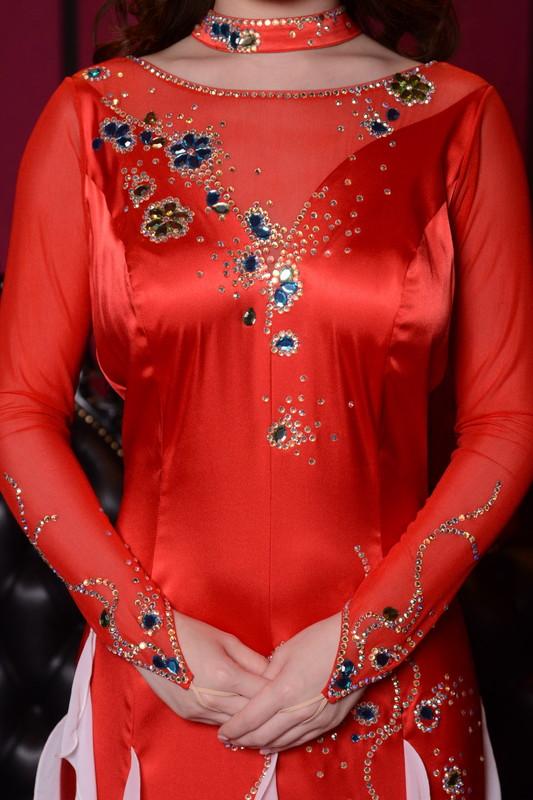 エスカルゴ・スカートが舞うレッド(赤)&ブラック(黒)ドレス