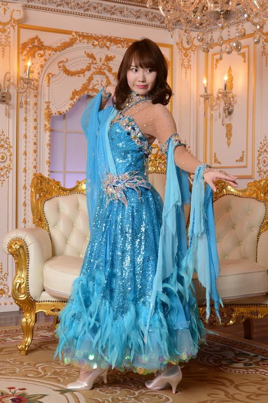 スパンコールがキラキラ光りスカートのオーストリッチが揺れ動くブルー(青)ドレス