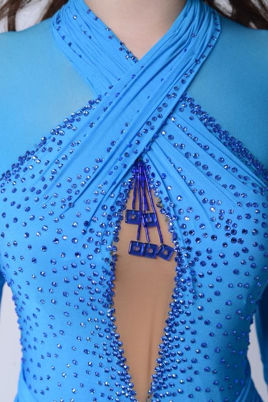 ストレッチ素材がボディフィットするブルー(青)ドレス
