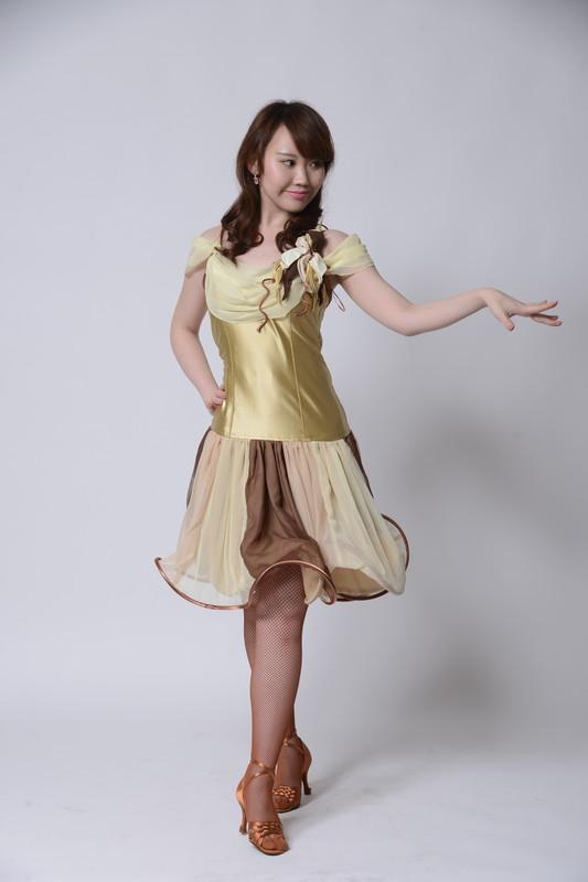 サーキュラースカートが可愛いゴールド(金色)のドレス