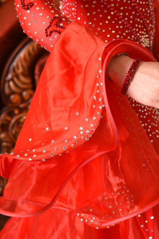 フェミニンなデコルテを演出、パッションレッドドレス(赤)