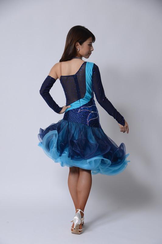 フリルたっぷりのネイビーブルー(暗い紫みの青)ドレス