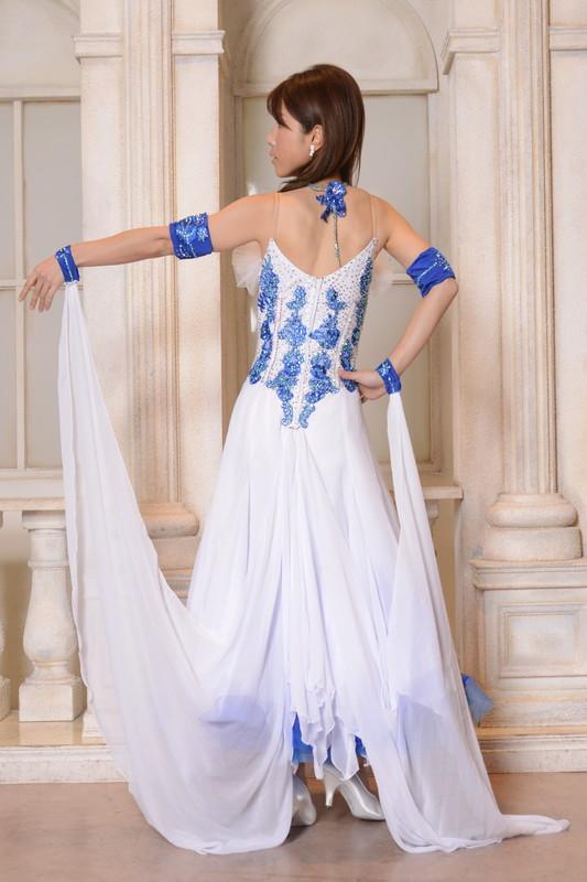 Vカットとインナースカートで夏らしいブルー&ホワイト(青と白)ドレス