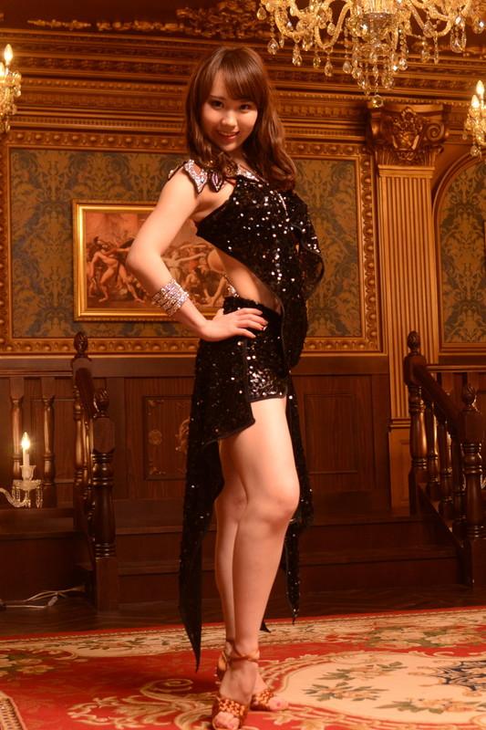 スパンコールが光る印象的なブラック《黒》ドレス