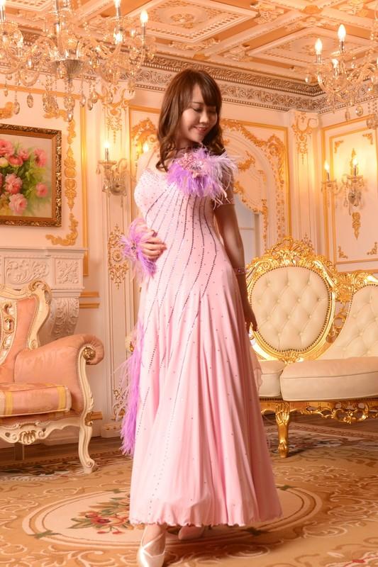 ピンクを中心にオーストリッチ贅沢コサージュのエンパイアドレス