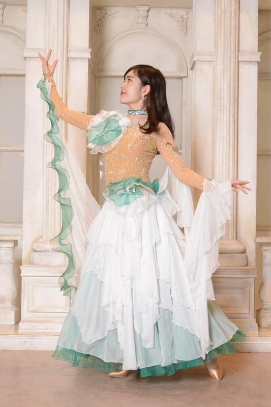 エメラルドグリーン&オーロラビジューホワイト(つよい緑と白)ドレス
