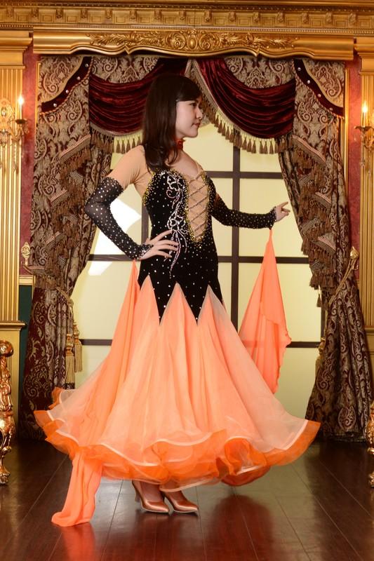 ブラックとオレンジ(黒とオレンジ)が際立つ大人気のクラウンボディのベルベットドレス