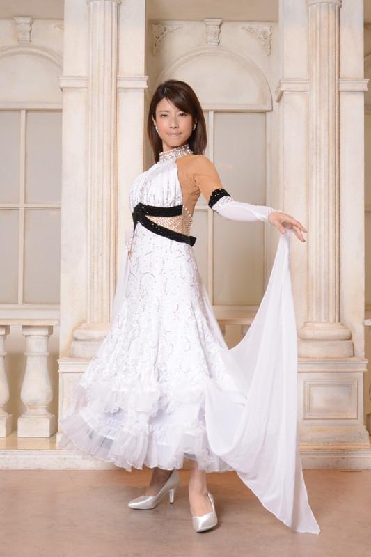 黒のウエストラインがスタイル抜群に魅せるホワイト(白)ドレス