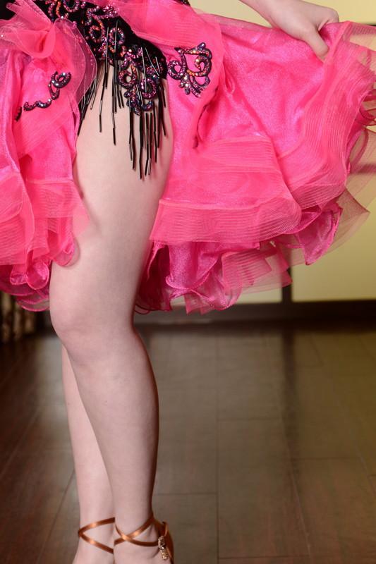 Vカットスレンダーシェイプライン、ブラック&ピンク(黒とピンク) フレアードレス