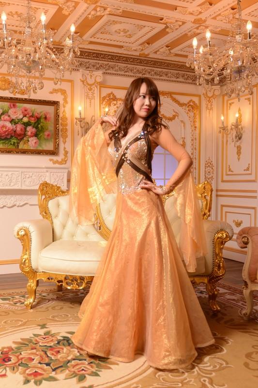 胸元のクロスとバックスタイルが大胆なゴールドイエロー(金色)ドレス