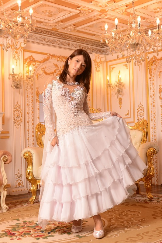 ホワイト(白)が際立つ、4段ティアードフェアリーテイルドレス