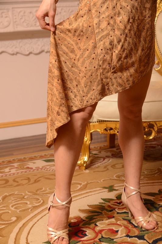 ビブカラーの脚を長く魅せる斜めカットベージュ(ブラウン・茶色)ドレス
