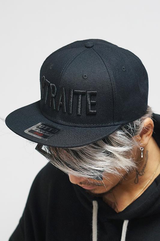 限定3D刺繍フラットバイザーキャップ(ブラックxブラック)  [STRAITE]