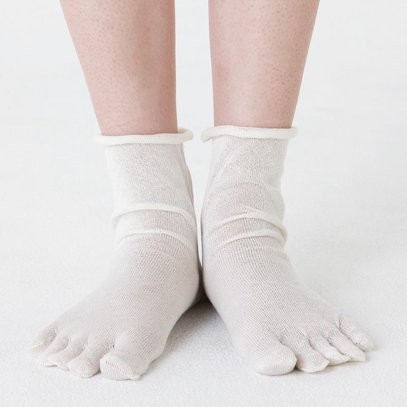 温育 絹の5本指靴下 (1枚目)