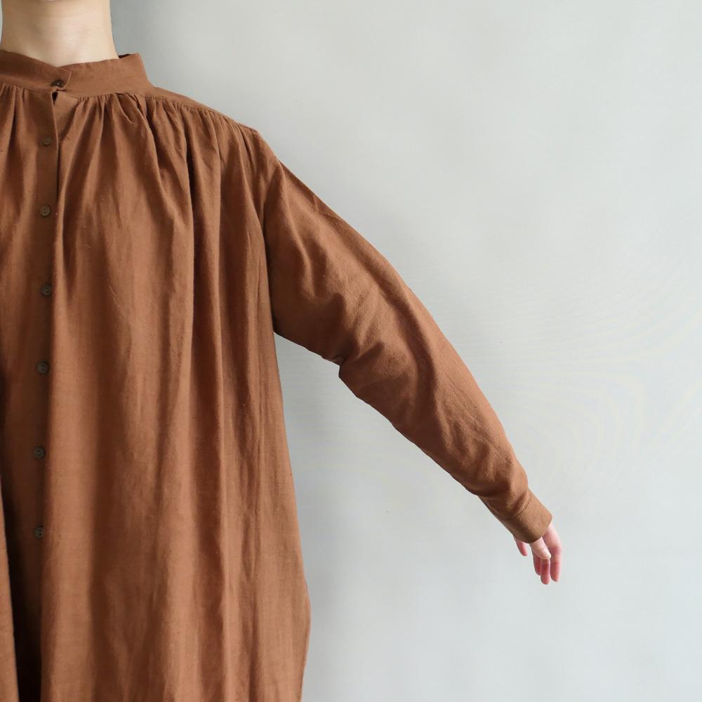 クロウ crow : gathered dress スタンドカラーワンピース(ブラウン)