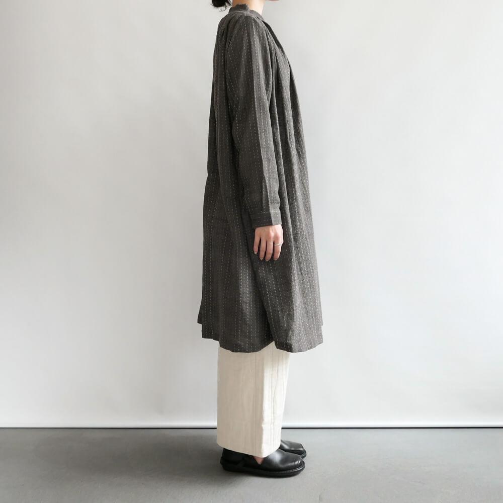 クロウ crow : gathered dress スタンドカラーワンピース(グレー)
