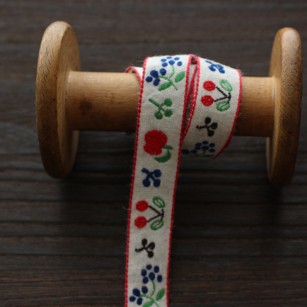 4434-18mm麻混アップル・チェリー・ブルーベリー柄 フルーツのチロリアンテープ