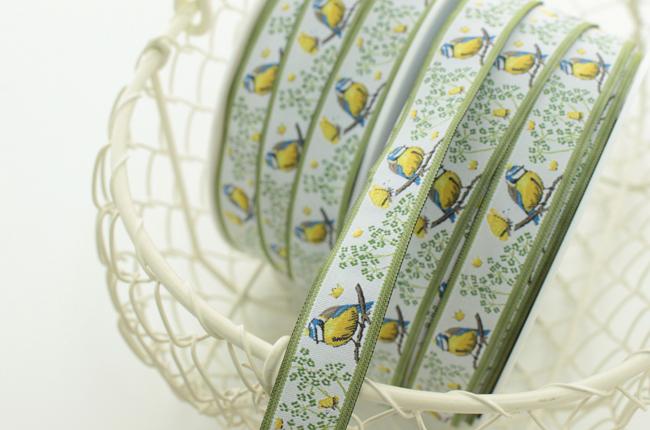 acufactumアクファクタム【50cm単位】約幅16mm-王冠を戴く青い鳥と黄色の蝶柄のジャガードリボン