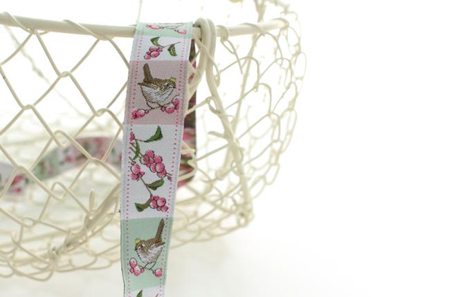 acufactumアクファクタム【50cm単位】約幅16mm-ピンクの実の枝にとまる小鳥柄のジャガードリボン