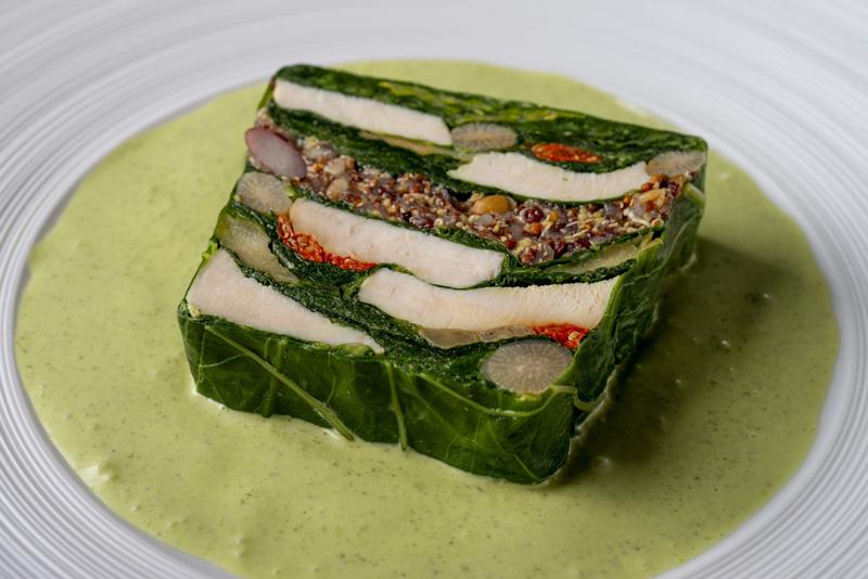 鶏胸肉とケール、フランス産古代麦、キヌア入り野菜のテリーヌ(ハーブヨーグルトソース付)