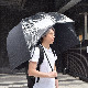 雨から上半身を守るドーム傘「バリアンブレラ」