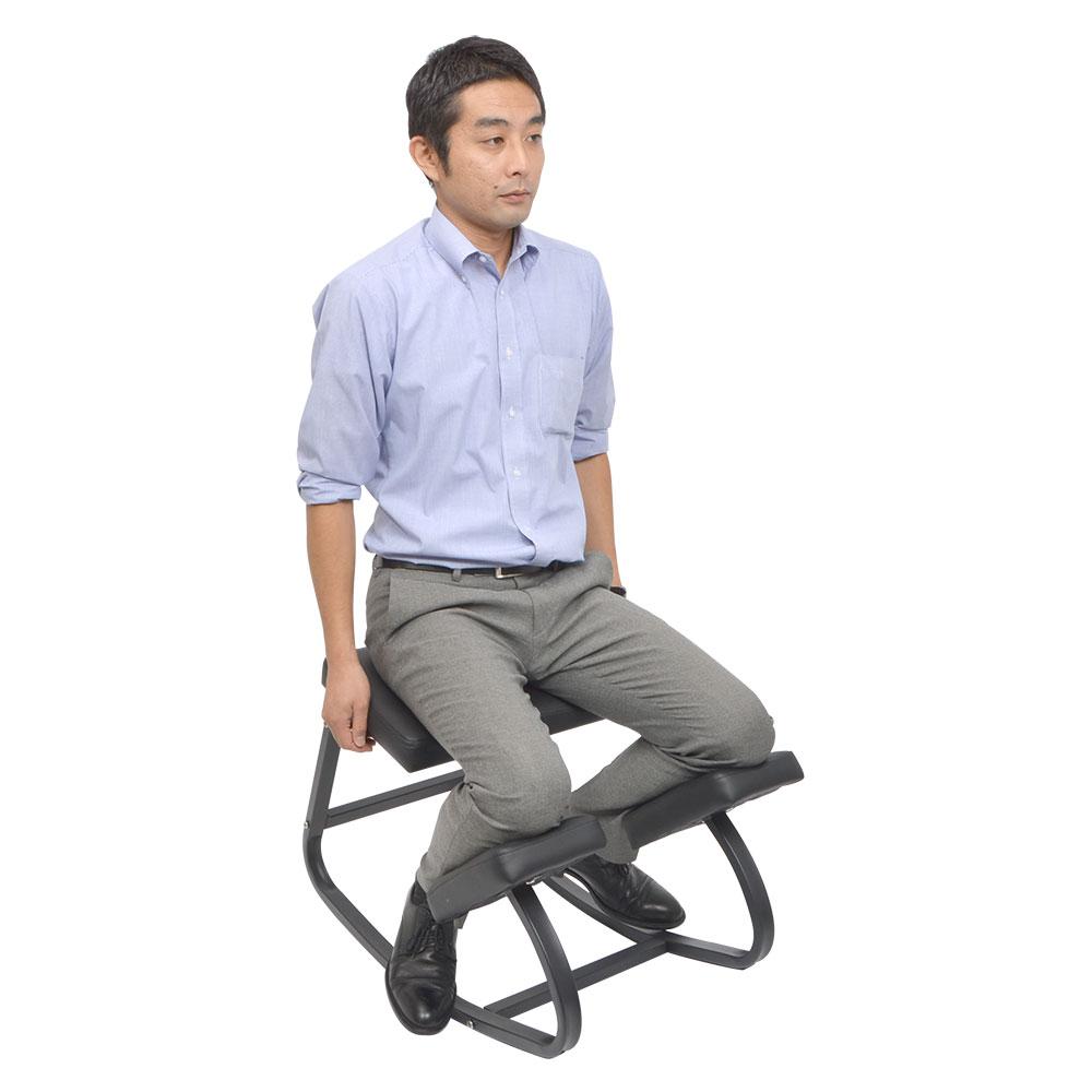 自然に背筋が伸びるゆらゆら腰楽ニーリングチェア