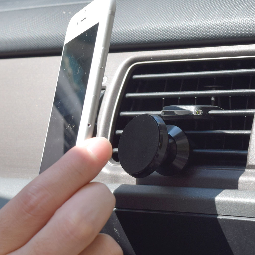 イヤフォンも使える「ピタっとつくL字Lightningコネクタ」車載ホルダー付