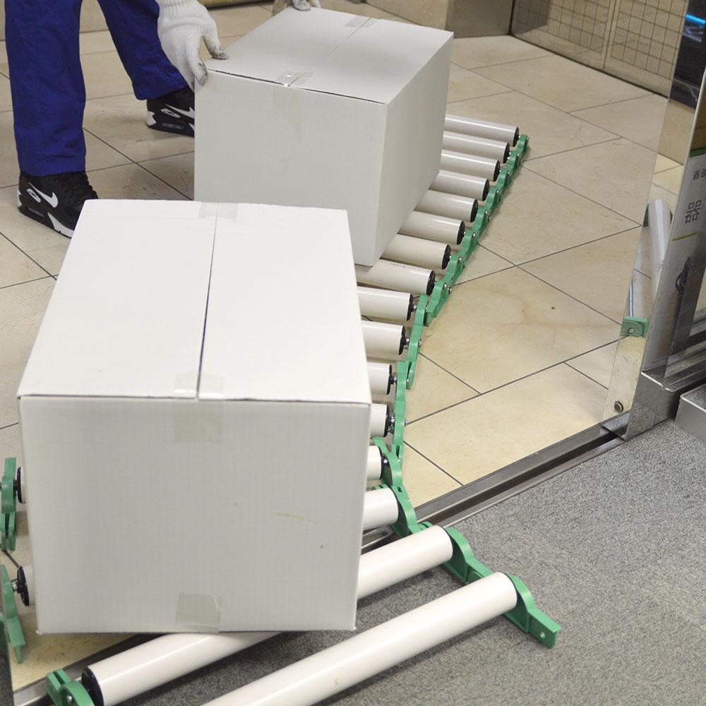 カーブも段差も使える連結式ローラーコンベア