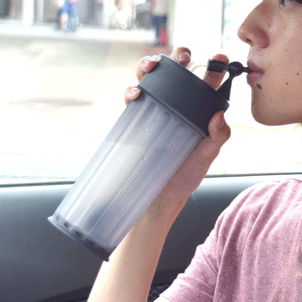 自動吸い上げでラクラク飲める「電動ストローボトル」