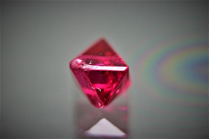 ミャンマー産、無処理のレッドスピネル(原石)<1.20カラット>