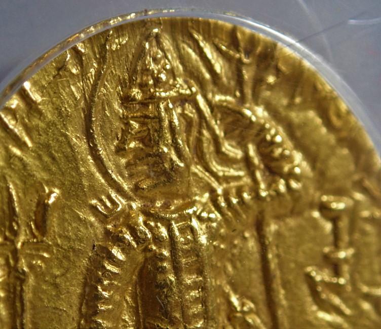 古代インド、クシャン朝ヴァスデヴァ2世時代(AD240-270年)に発行されたディナール金貨