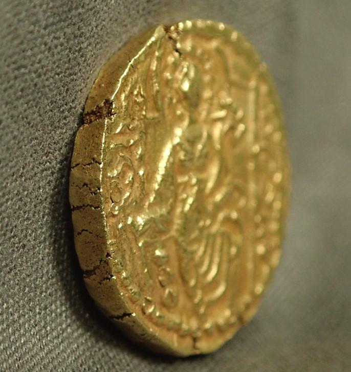 古代インド、クシャン朝、ヴァスデヴァ2世(在位AD240-270年)時代に発行されたディナール金貨