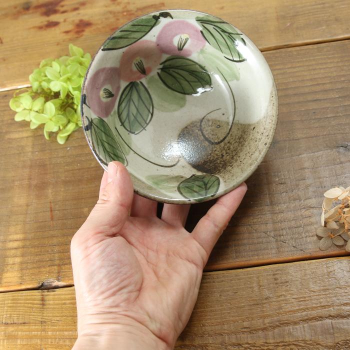 【益子焼】シンプルな形が使いやすい 縁が開いたデザインの丸小鉢 【優しい風合いのつばき模様・単品1個】