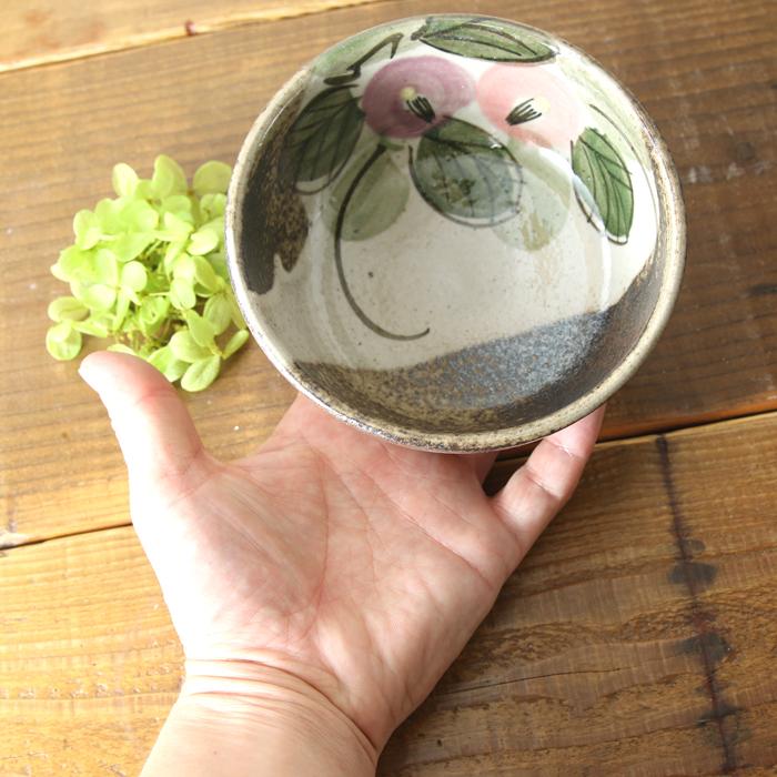 【益子焼】 おしゃれ お鍋の取り皿や小鉢にぴったり 深さのあるシンプル丸小鉢 【優しい風合いのつばき模様・単品1個】