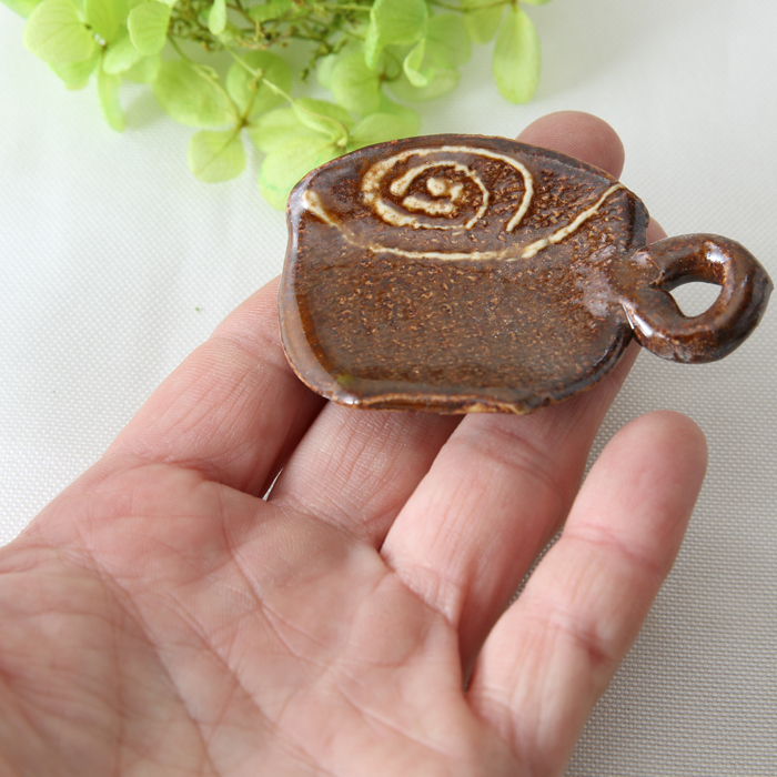【益子焼】 かわいい コーヒーカップ風の箸置き うずまきいっちん ツヤありあめ釉【単品1個】
