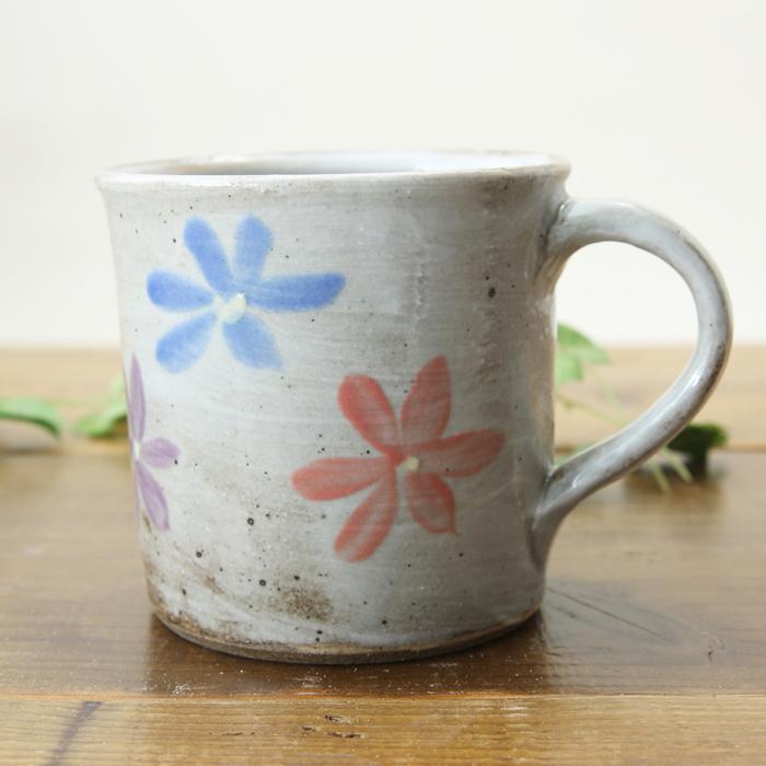 【益子焼】お花いっぱい マグカップ 大きめ たっぷりサイズ 【寸胴形】【白化粧炭化焼シリーズ】【単品1個】