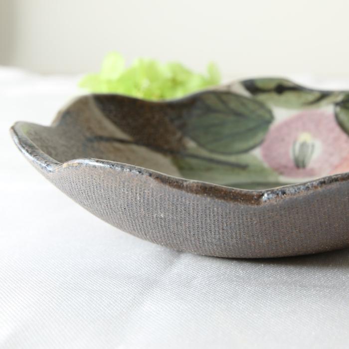 【益子焼】たたら作りの変形小鉢【サイズ中】【優しい風合いのつばき模様・単品1枚】