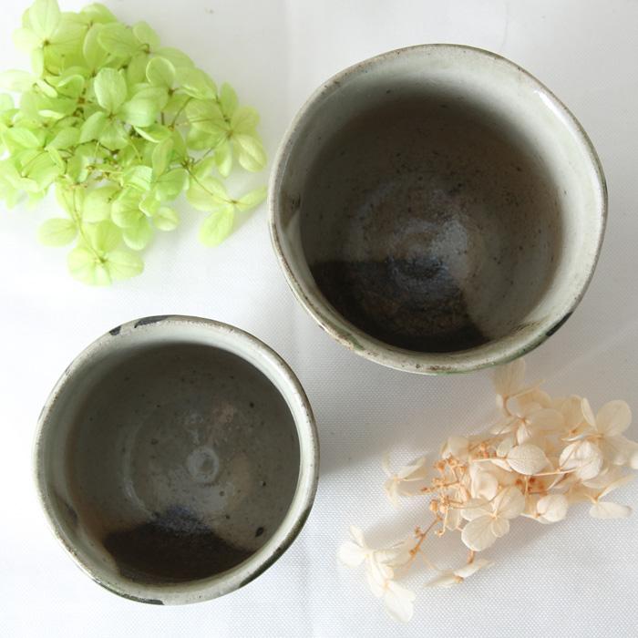 【益子焼】 夫婦湯呑 夫婦湯飲 優しい風合いのつばき模様 炭化焼シリーズ