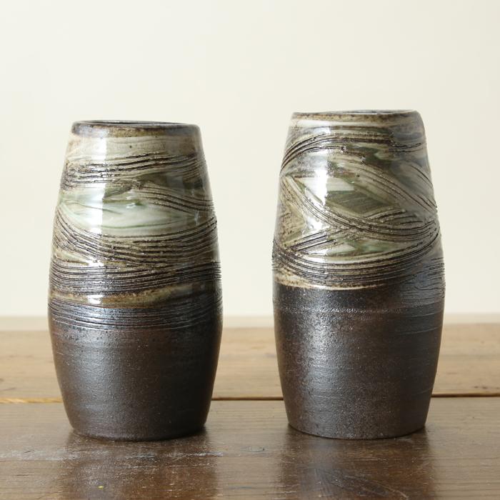 【益子焼】 仏壇 花瓶 対 花器 炭化焼クシ目模様 花入れ ふっくら筒花瓶 一点物 高さ約15cm 小さめサイズ 【一対2本セット】