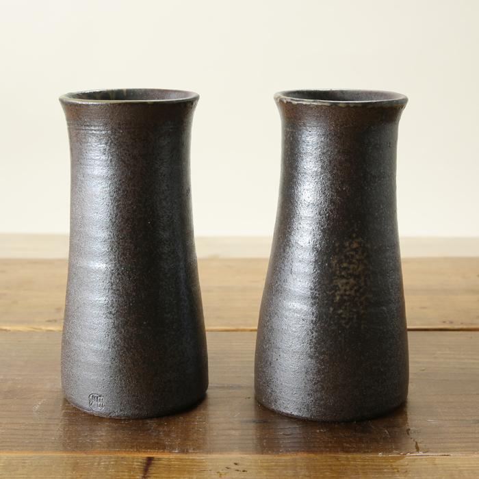 【益子焼】 仏壇 花瓶 対 花器 炭化焼無地 花入れ 口が少し細くなった筒花瓶 一点物 高さ約16.5cm 小さめサイズ 【一対2本セット】