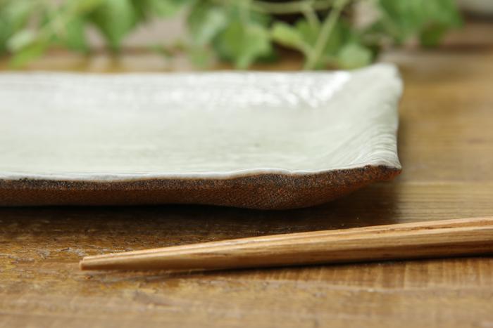 流れるような刷毛白化粧 ロング角プレート【白化粧炭化焼】【単品1枚】